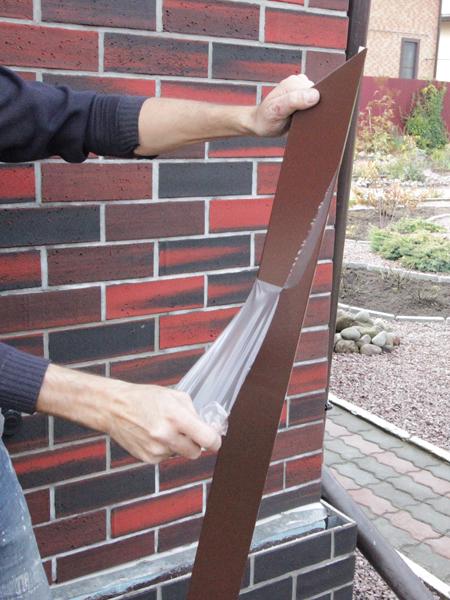Металлические откосы на окно с завода приходят в таком виде, точно нарезанные и в плёнке