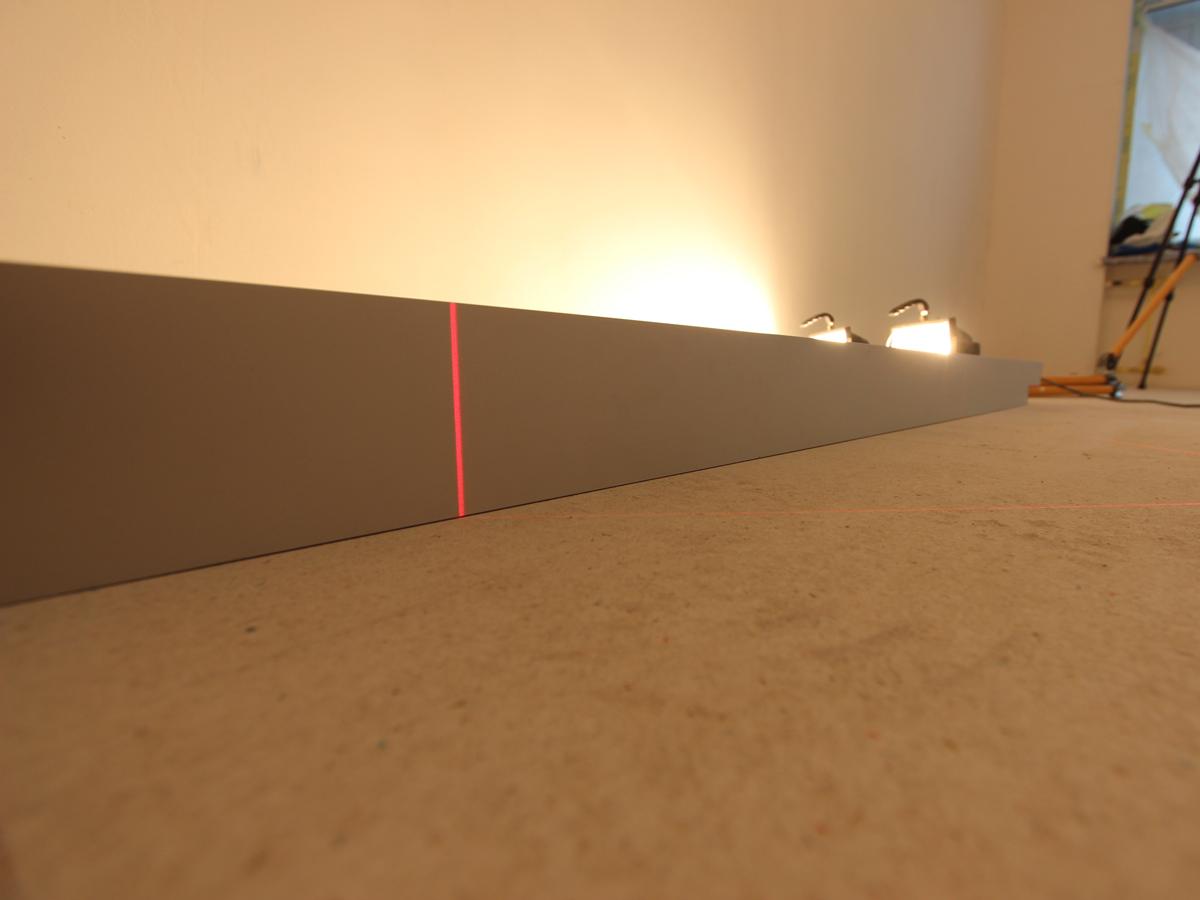 Качественная сухая стяжка Knauf, специально снято против света двух прожекторов по 500 ватт через прямую рейку длиной 2,5 метра. Мощный свет не пробивается между полом и рейкой!
