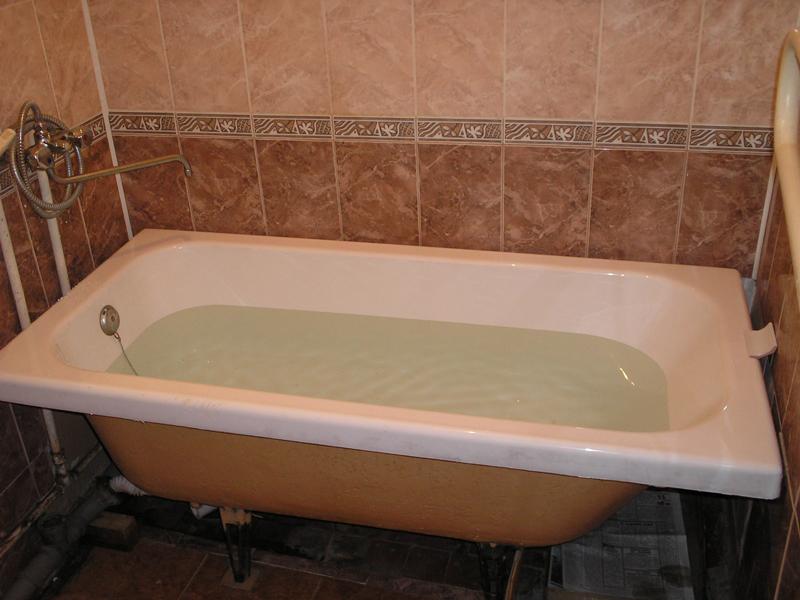 Акриловый вкладыш в ванну нами установленный правильно, по технологии. Отделку кафельной плиткой и водопровод делали НЕ специалисты компании Ремонтных Дел Мастер