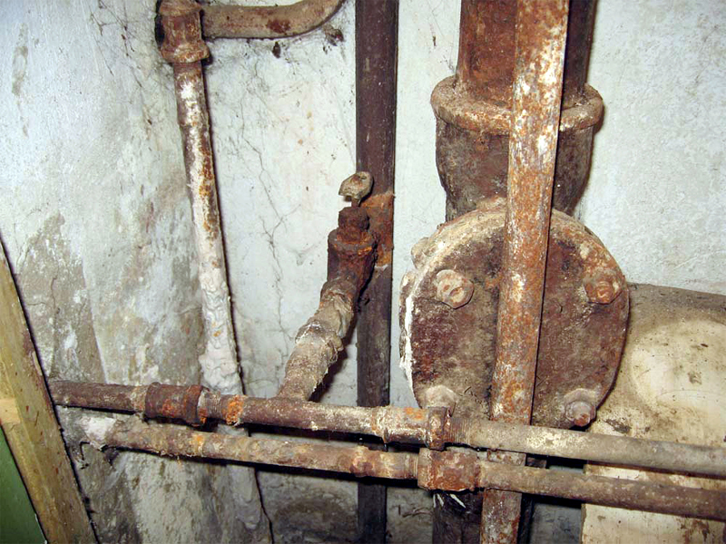 Демонтаж старых труб водопровода и канализации в квартире